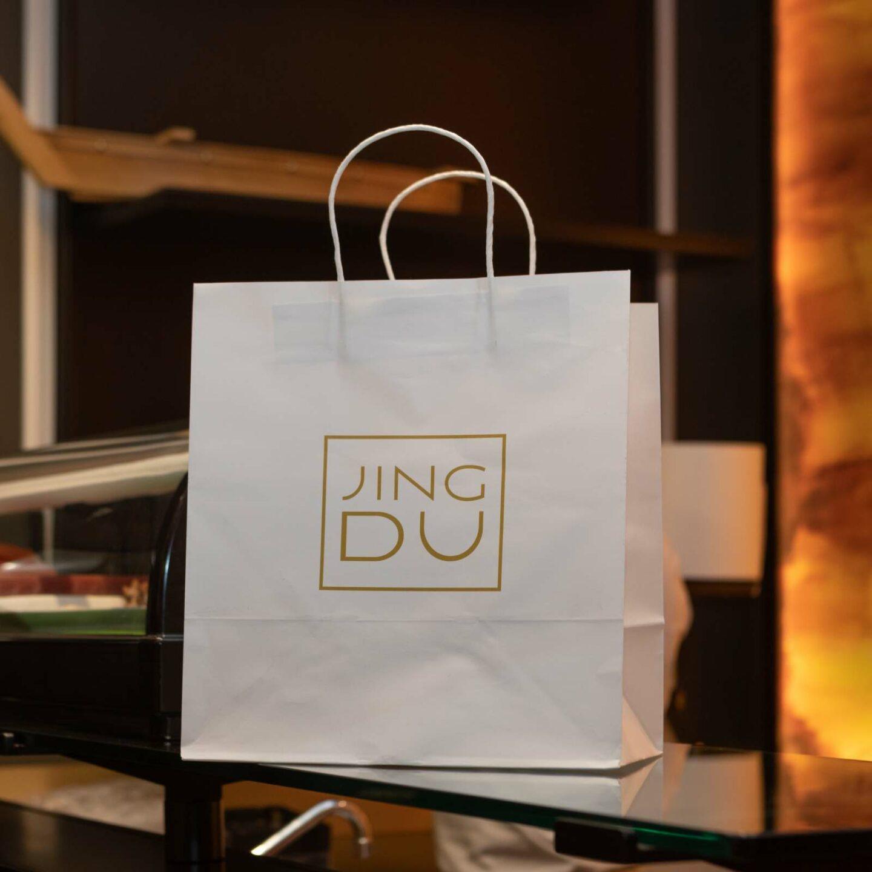 busta bianca di carta con logo jing du