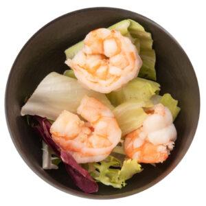 Insalata fresca con gamberi e verdura.