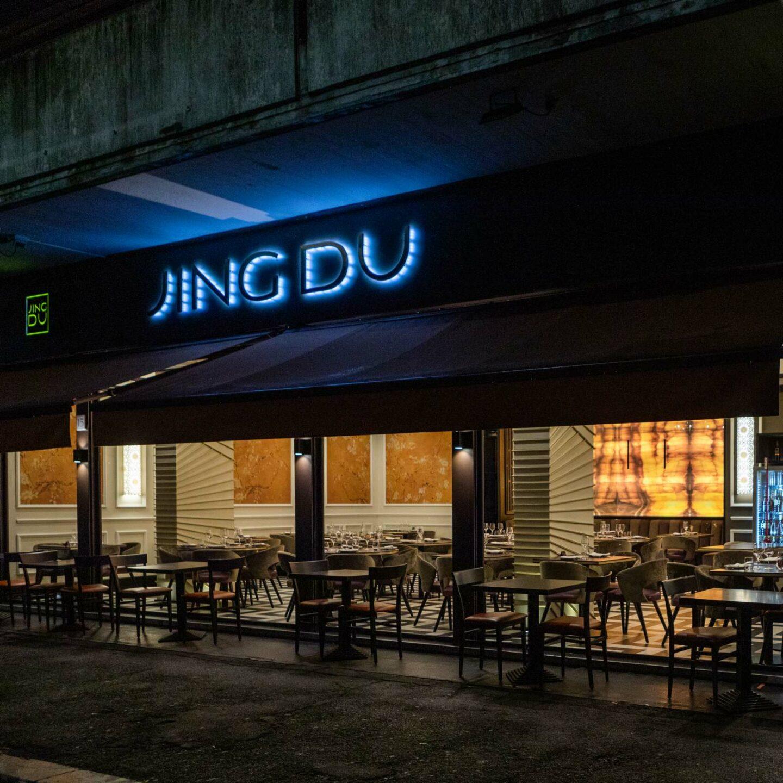 entrata ristorante jing du con insegna blu neon