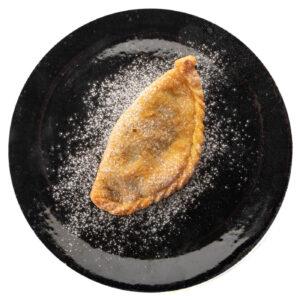 piatto nero con dolce di nutella fritta e zucchero a velo