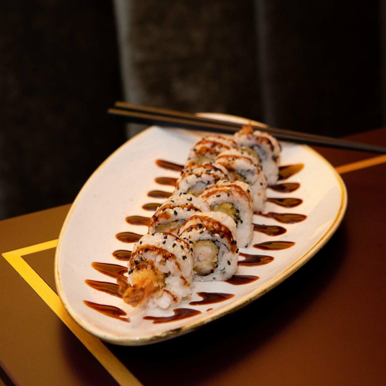 piatto ovale con sushi roll e bacchette
