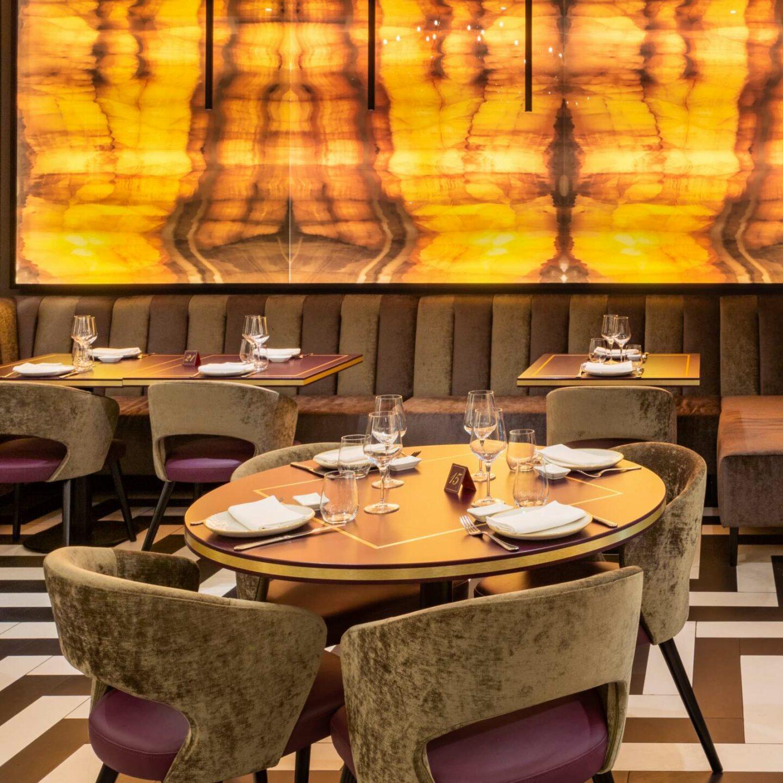 sala interna ristorante con tavoli rotondi e rettangolari