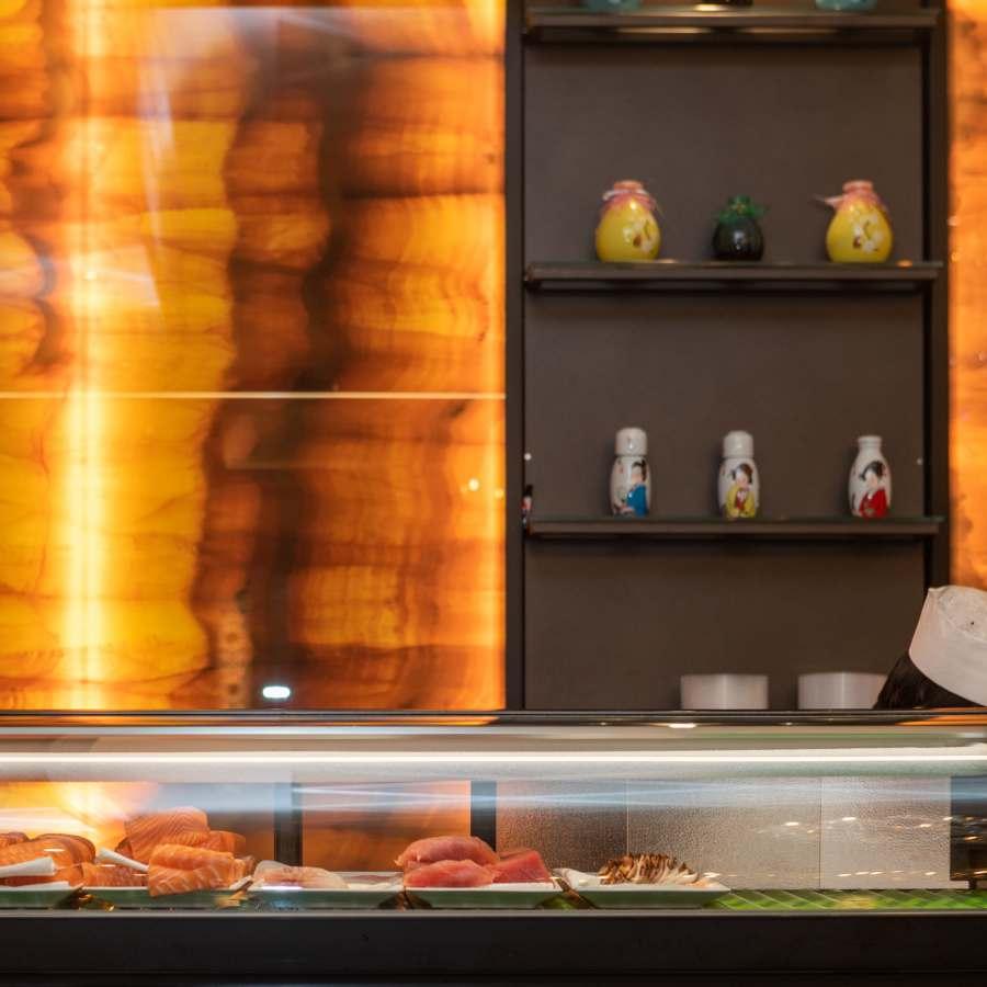 bancone con sushi a vista