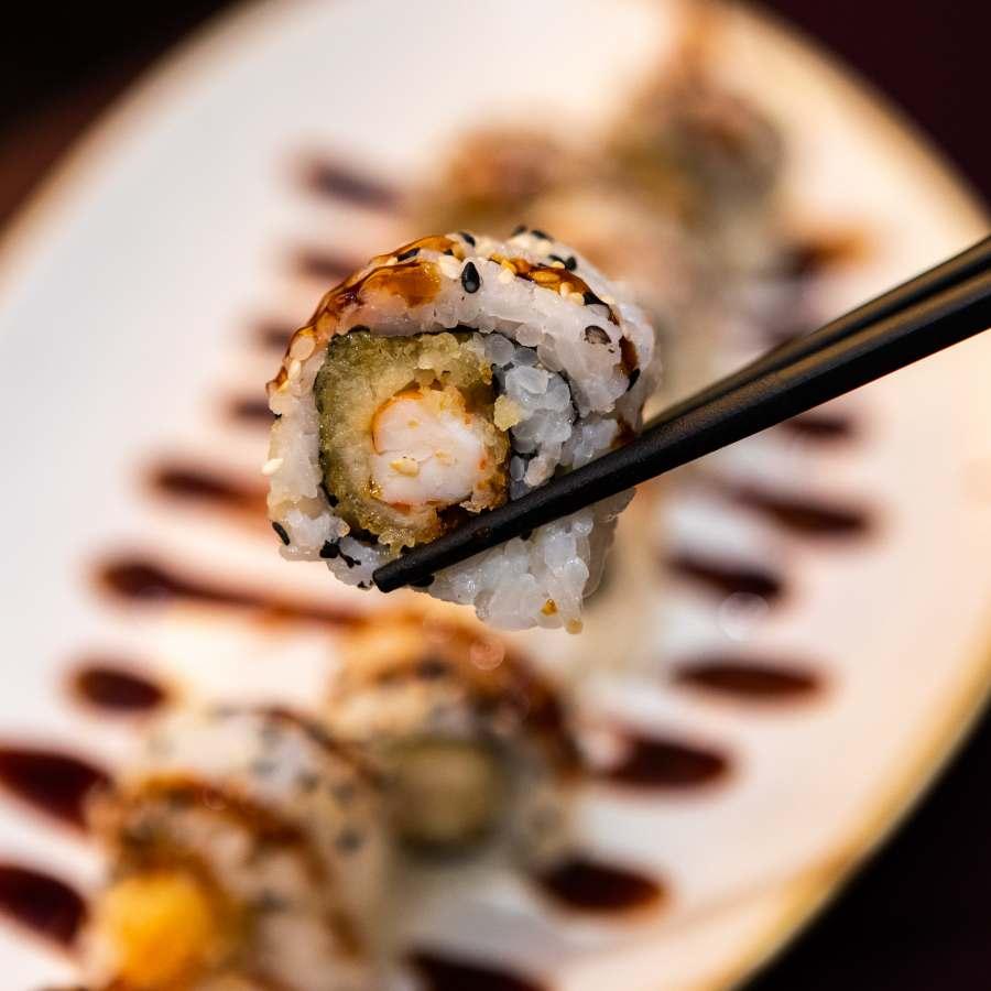 roll di sushi uramaki