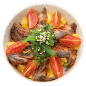 Bowl con anguilla e verdura.